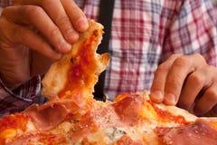 Cibo della pizza italiana con le mani Fotografia Stock Libera da Diritti