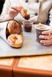 Cibo delle ciambelle lustrate con la salsa di cioccolato Fotografia Stock