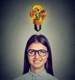 Cibo delle punte di dieta sana Donna che cerca lampadina fatta dei frutti Fotografia Stock Libera da Diritti
