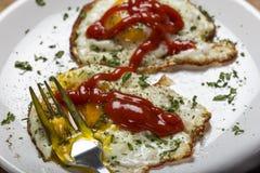 Cibo delle uova fritte fresche con salsa ketchup e le erbe Immagini Stock Libere da Diritti