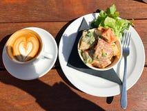 Cibo di salute, pasto vegetariano e caffè sulla tavola di legno immagini stock libere da diritti