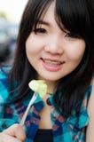 Cibo e sorriso della ragazza della Tailandia. fotografie stock