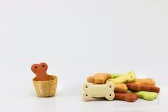 Cibo per cani, mucchio dei biscotti per cani sotto forma di un osso Immagini Stock