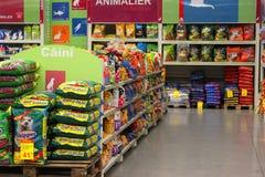 Cibo per cani nell'ipermercato Fotografia Stock
