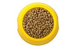 Cibo per gatti a secco in ciotola gialla Fotografia Stock Libera da Diritti
