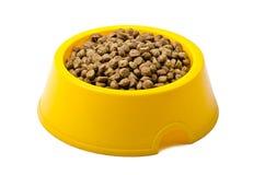 Cibo per gatti a secco in ciotola gialla Fotografia Stock