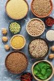 Cibo sano Alimenti ricchi in proteina, cereali, legumi, spinaci Vista da sopra immagini stock