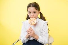 Cibo sano Concetto mangiante e stante a dieta sano la ragazza non gradisce il cibo sano cibo sano della bambina con fotografia stock
