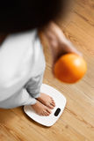 Cibo sano dell'alimento Donna sulla bilancia Perdita di peso Dieta Immagini Stock