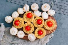 Cibo sano di concetto Ingredienti per insalata vegetariana delle verdure: pasta con Cherry Tomatoes ed i funghi sulla a fotografia stock