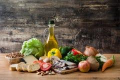 Cibo sano dieta mediterranea Frutta, verdure, grano, olio d'oliva matto e pesce fotografia stock libera da diritti