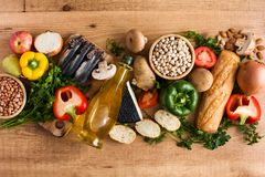 Cibo sano dieta mediterranea Frutta, verdure, grano, olio d'oliva matto e pesce su legno immagini stock