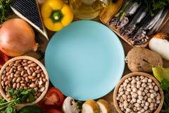 Cibo sano dieta mediterranea Frutta, verdure, grano, olio d'oliva matto e pesce sulla tavola di legno Vista superiore fotografie stock libere da diritti
