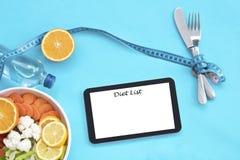 Cibo sano, essendo a dieta, dimagrendo e pesare concetto di perdita - fine su del piano di dieta sullo schermo del pc della compr immagine stock libera da diritti