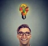 Cibo sano Uomo che cerca lampadina fatta dei frutti Fotografie Stock Libere da Diritti
