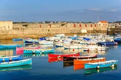 Ciboure, Франция - SEPT. 26, 2016: Удя гавань Ciboure, Баскония Малые coloreful шлюпки рыб на старом порте cit стоковое изображение rf