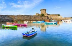 Ciboure, Франция - SEPT. 26, 2016: Удя гавань Ciboure, Баскония Малые coloreful шлюпки рыб на старом порте cit стоковые изображения rf