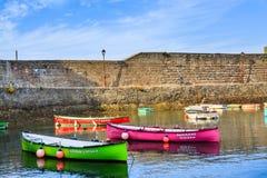 Ciboure, Франция - SEPT. 26, 2016: Удя гавань Ciboure, Баскония Малые coloreful шлюпки рыб на старом порте cit стоковые фотографии rf