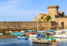 Ciboure, Франция - SEPT. 26, 2016: Удя гавань Ciboure, Баскония Малые coloreful шлюпки рыб на старом порте cit стоковое фото