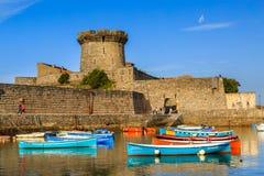 Ciboure, França - Sept 26, 2016: Porto de pesca de Ciboure, país Basque Barcos coloreful pequenos dos peixes no porto velho do ci foto de stock