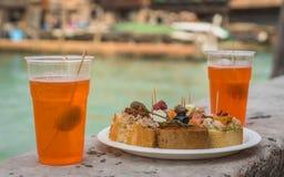 Cicchetti e para spritz no canal Venetian imagens de stock