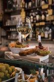 Cichetti en wijn bij een Venetiaanse ostreria Stock Afbeeldingen
