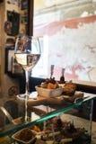 Cichetti und Wein an einem venetianischen ostreria Lizenzfreie Stockbilder