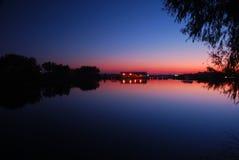 cicho jeziora przez zachodem słońca Zdjęcie Royalty Free