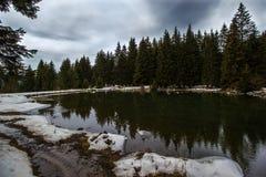 Cichy jezioro w górze zdjęcia stock