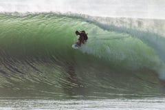 Ciclón de ondas grande que practica surf Fotos de archivo libres de regalías