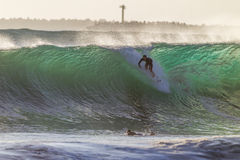 Ciclón de ondas que practica surf Imagenes de archivo