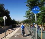 Ciclagem ao longo das trilhas de estrada de ferro velhas em uma vizinhança da cidade Imagem de Stock Royalty Free