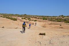 Ciclagem através do deserto Imagens de Stock Royalty Free