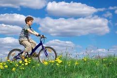 Ciclagem do menino Fotografia de Stock