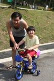 Ciclagem do pai & do filho fotografia de stock royalty free