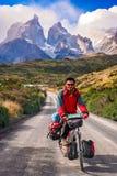 Ciclagem em Torres del Paine NP imagem de stock