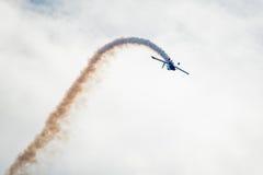 Ciclaggio dell'aereo di acrobazia Immagini Stock