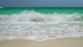 Ciclaggio senza cuciture, spiaggia tropicale, mare delle Andamane, Krabi Tailandia archivi video