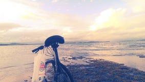 Ciclando alla costa Fotografia Stock
