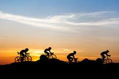 Ciclando alla montagna Fotografie Stock Libere da Diritti