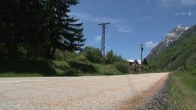 Ciclando con la bici ed il tandem vada giù nelle alpi francesi, il d'Ornon del passo, Francia stock footage