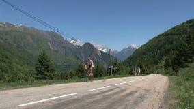 Ciclando e climing nelle alpi francesi, d'Ornon del passo, Francia stock footage