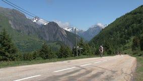 Ciclando e climing nelle alpi francesi, d'Ornon del passo, Francia archivi video