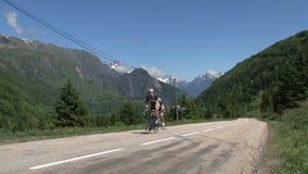 Ciclando e climing nelle alpi francesi, d'Ornon del passo, Francia video d archivio