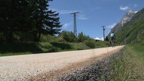 Ciclando ed andando giù nelle alpi francesi, d'Ornon del passo, Francia video d archivio