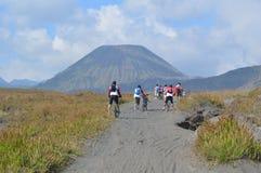 Ciclando intorno alla montagna Indonesia di bromo fotografia stock libera da diritti