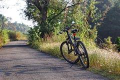 Ciclando lungo la campagna tranquilla del Kerala India Fotografie Stock