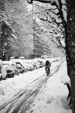Ciclando nella neve Fotografia Stock