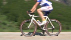 Ciclando nelle alpi francesi, climing il d'Ornon del passo, la Francia archivi video
