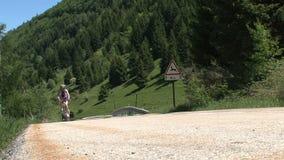 Ciclando nelle alpi francesi, d'Ornon del passo, Francia stock footage